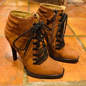 ✨EUC✨ GWEN STEFANI Lace Up Bootie